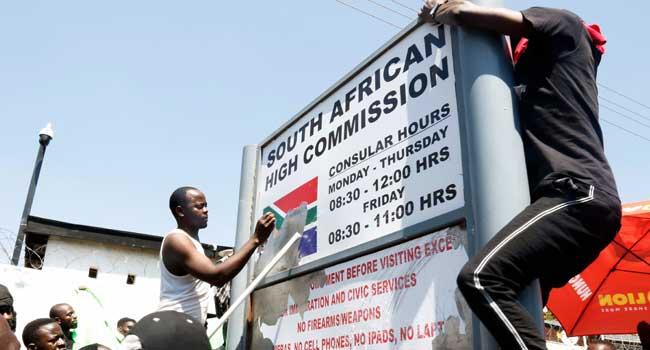 XENOFOBIA: Estudantes Zambianos atacam Embaixada da África do Sul e Destroem Propriedades