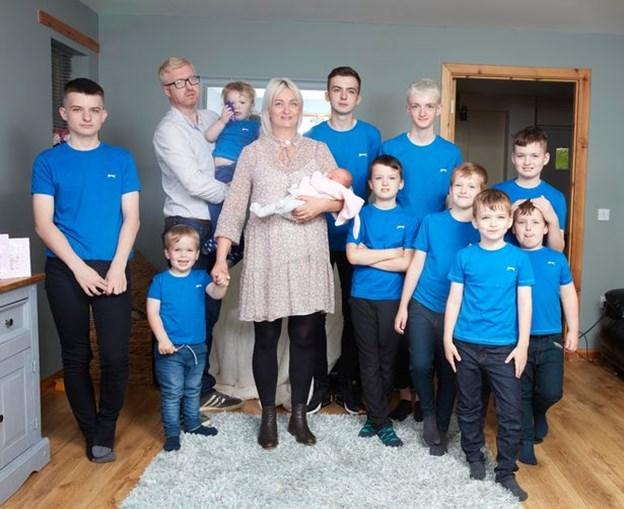 Mulher dá à luz uma menina depois de ter dez filhos rapazes
