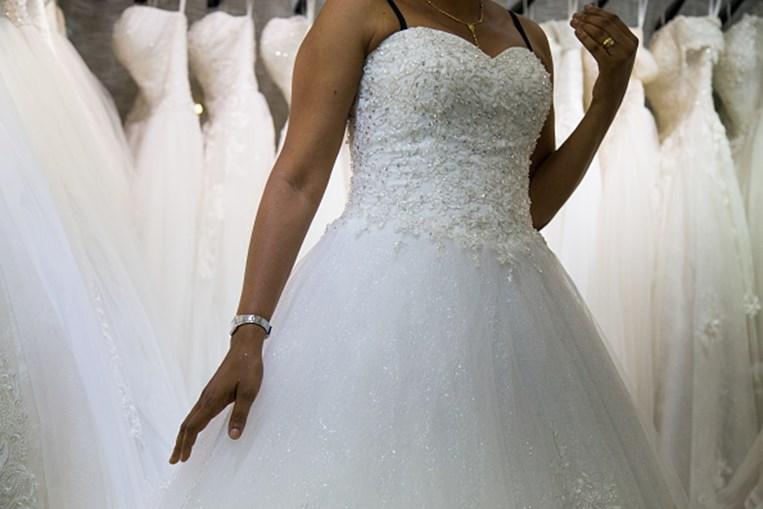 Noiva em cadeira de rodas surpreende noivo e anda pelo próprio pé até ao altar