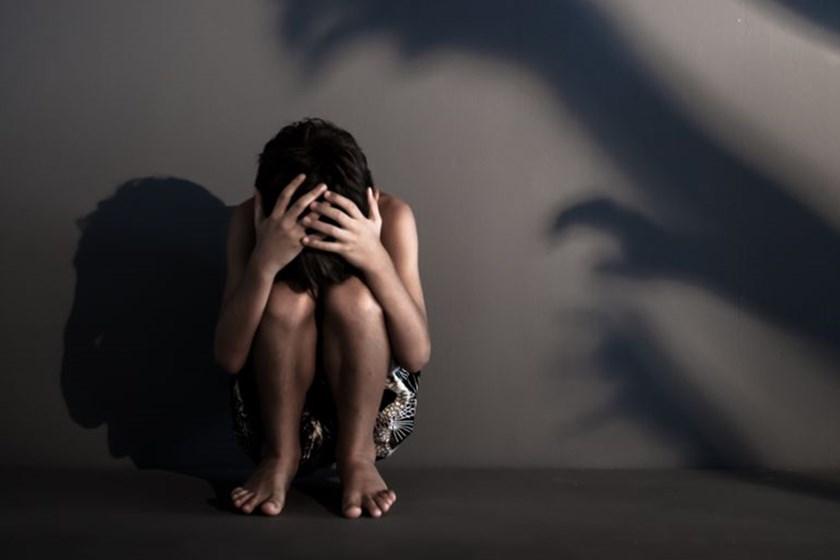 Padrasto estupra enteada e mãe bate na filha por ciúmes do marido