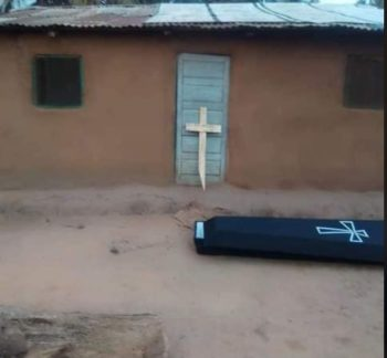 Cidadão acorda e encontra um caixão e uma CRUZ no seu quintal