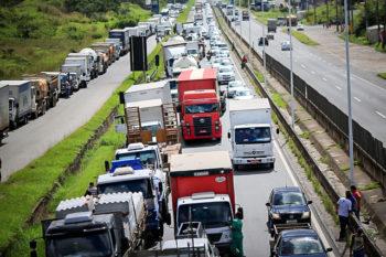 Greve dos caminhoneiros: Mesmo com apelo de Bolsonaro, a paralisação continua